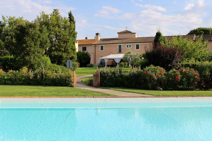 Luxury apartment with pool and golf in Tuscany