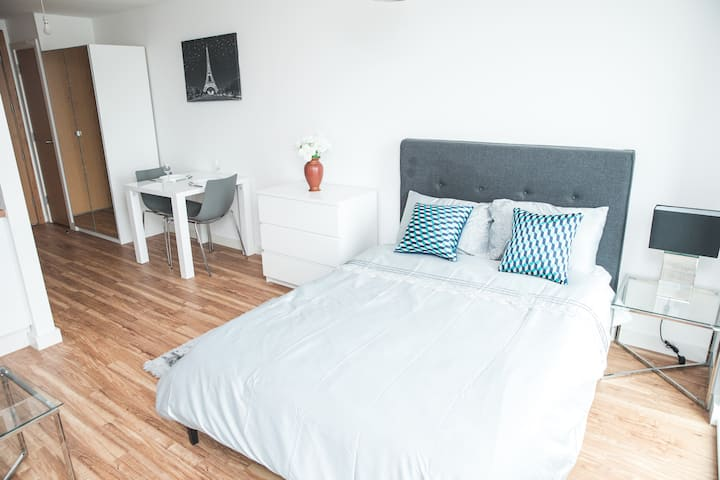 Luxury Studio Apartment in MediaCityUK/ The Quays.
