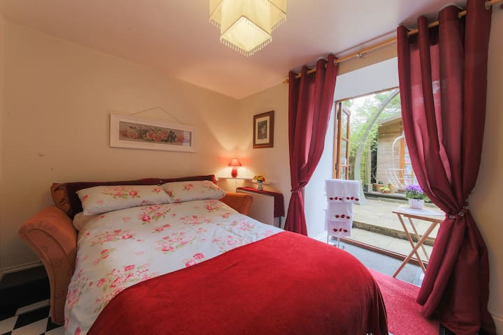 Cosy garden room in private, family home - Penzance - House