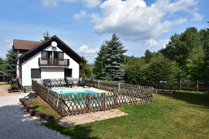 Comfortable, nicely furnished holiday home with private swimming pool in stunning location