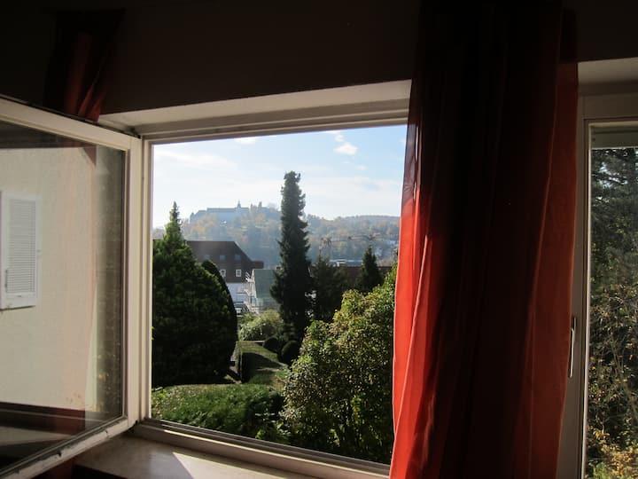 Ruhiges Zimmer mit Schlossblick