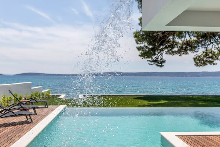 Villa Sea Star - seafront beach with 80m2 pool.