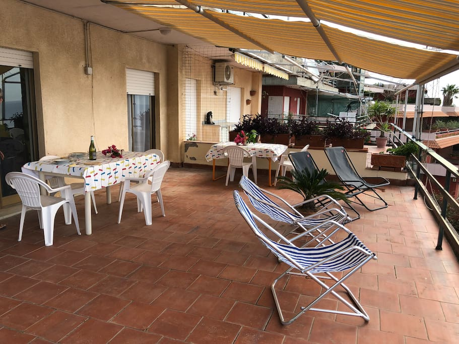 La terrazza è fornita di sdraie, lettini, tavoli e sedie per godere appieno del panorama