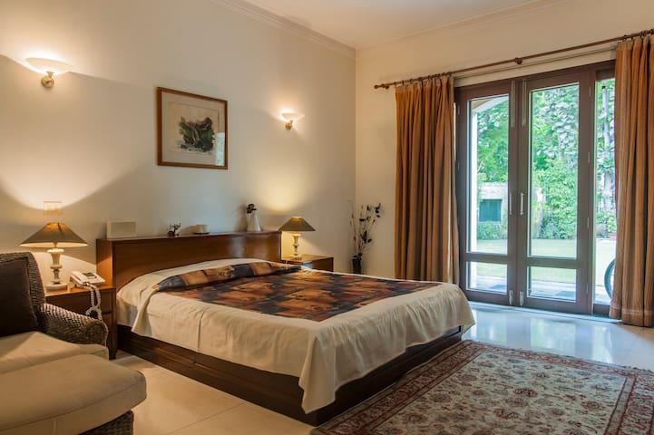 Villa Marigold: Amber Suite near Fortis Hospital
