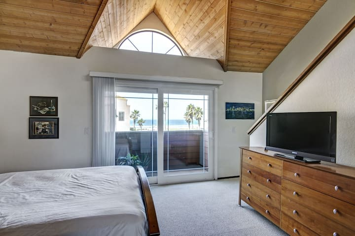 Ocean Breeze: Beach View Townhouse - Imperial Beach