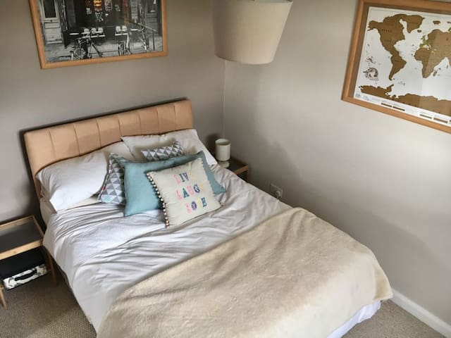 Lovely double room in Witney, Oxfordshire.