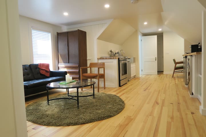 1Mile to Colby College- small loft apartment