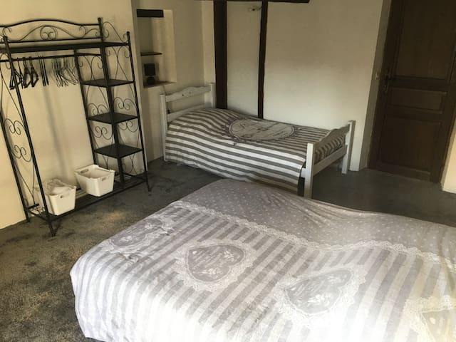 Chambre 3 personnes dans maison du 17 ème siècle