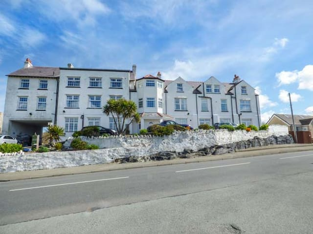 FLAT 12, character holiday cottage in Trearddur Bay, Ref 958253