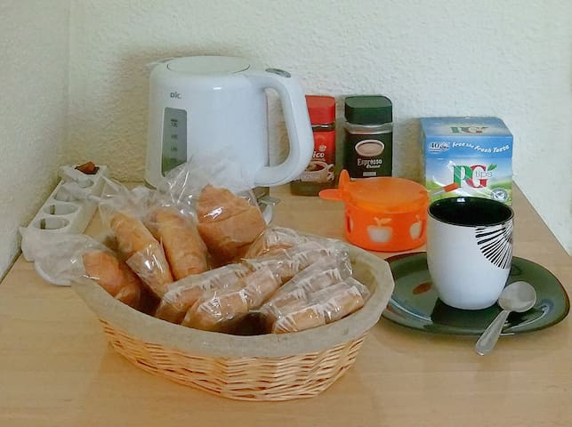 A fridge, a kettle, mugs and cupcakes, croissants, milk, tea, coffee, fruit juice... In your room and free of charge.