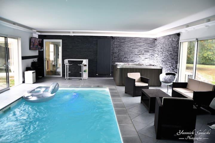 Chambre jacuzzi piscine intérieure