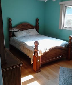 Queen bed in Palos Heights with private Shower. - Palos Heights