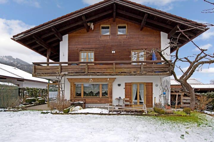 Gemütliche Ferienwohnung mit Balkon, Bergblick und WLAN; Parkplätze vorhanden, Haustiere erlaubt