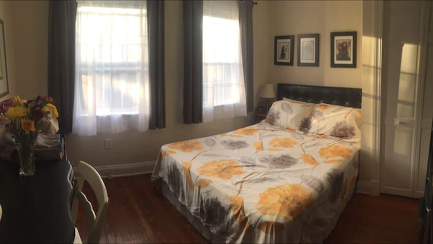 Leeward: Queen bed & quiet workspace. Convenient!
