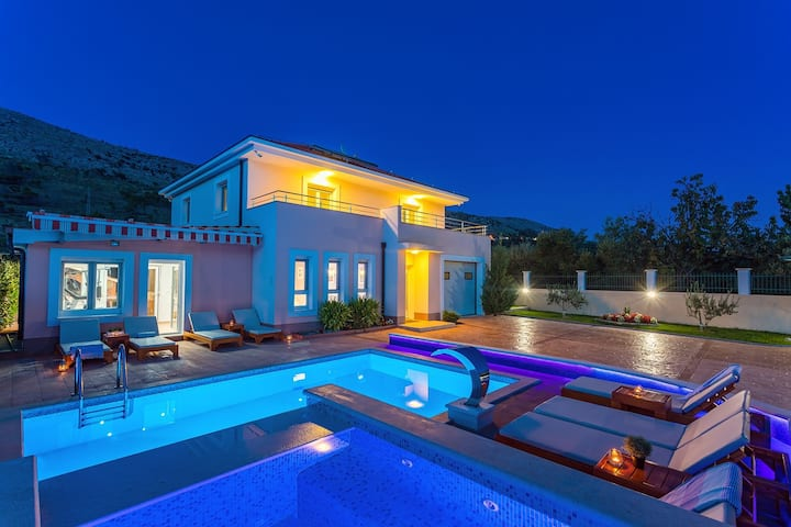 VILLA MILLA with private pool, jacuzzi, sauna, gym, max. 8 person