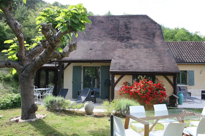 Charming cottage with jacuzzi in Périgord noir