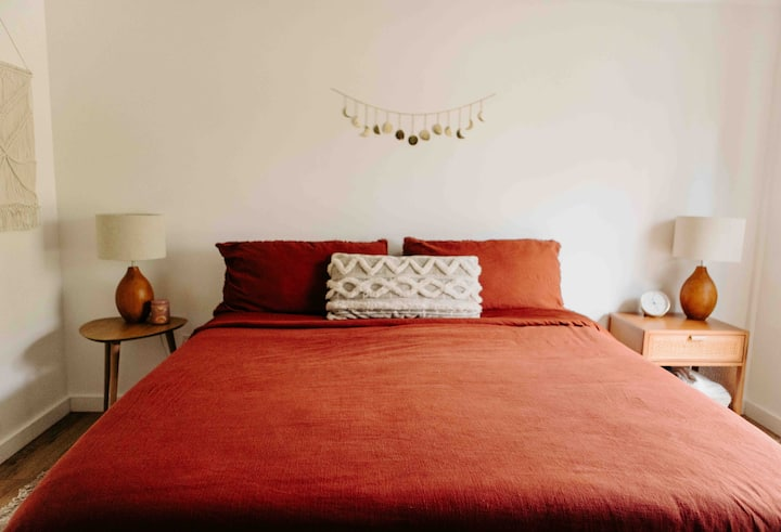 Stay Cozy! Quiet / Modern Guesthouse in the boro!
