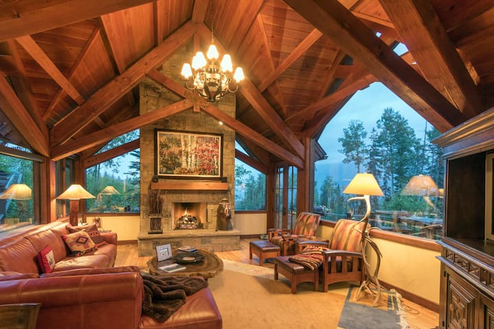 STONEGATE CHALET - Luxury Home, Mountain Village, Ski-In/Ski-Out & Hot Tub & Pool Table