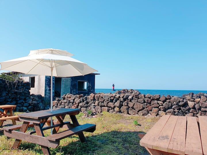 (여성전용 6인실) 마당과 바다가 이어진 조용한 어촌마을의 제주 돌집