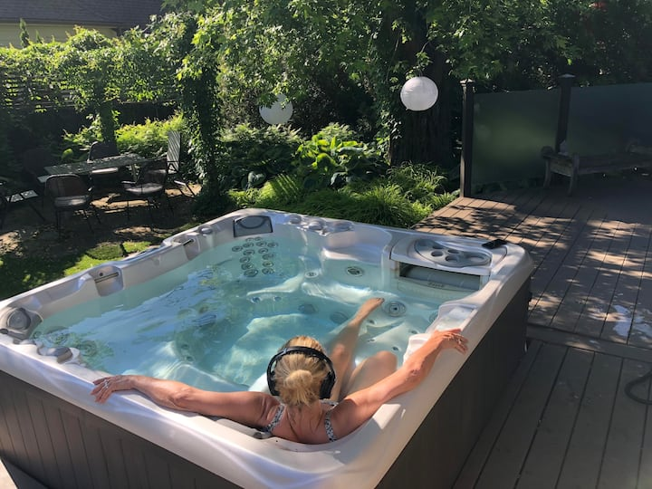 Lakeview House: Hot tub, quiet comfort