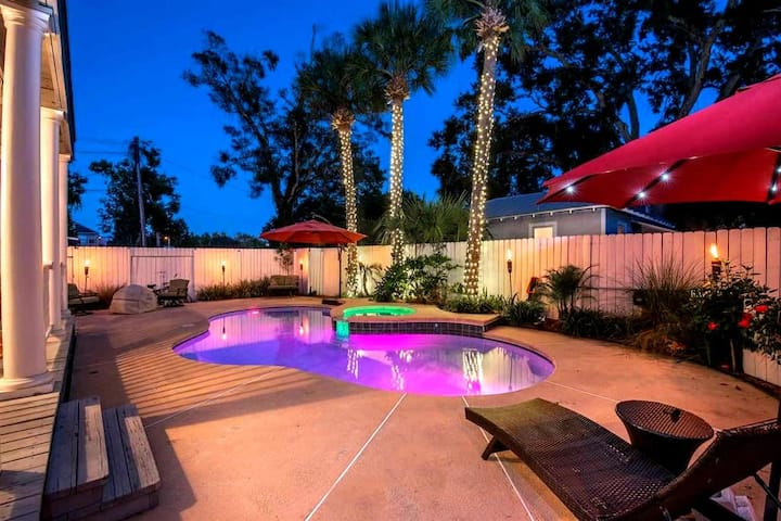 Downtown Oasis   Pool & Hot Tub, Great for Groups!