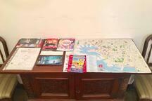Tavolino all'ingresso con la mappa della città, depliant e info utili per i nostri ospiti.