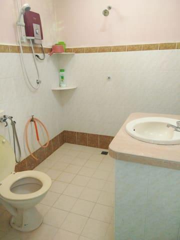 Bathroom 2 (shared with 3)