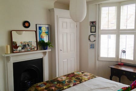 Light quiet room with private bathroom, Brighton - Hove - Casa