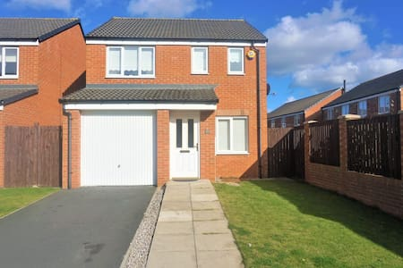 Entire house sleeps 6,  5 mins from durham city