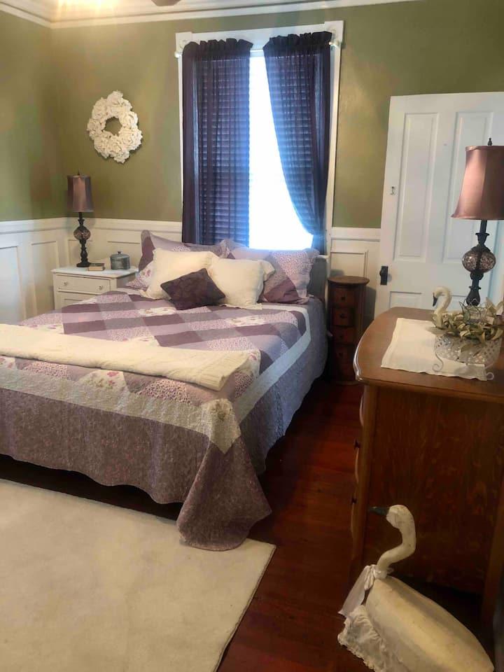Private Queen Suite w/kitchenette