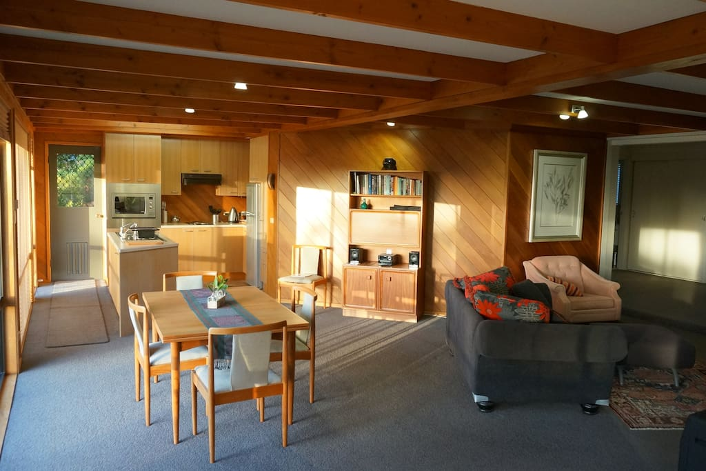 Kitchen/dining and lounge area