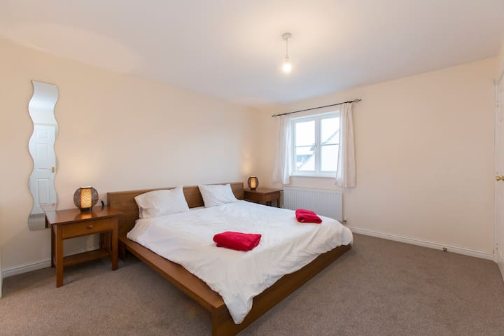Super King Bed  Ensuite  Top Floor  - Cheltenham - Bed & Breakfast
