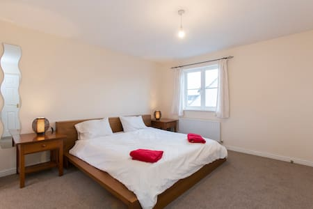 ✭ Super King Bed ✭ Ensuite ✭ Top Floor ✭ - Cheltenham - Bed & Breakfast