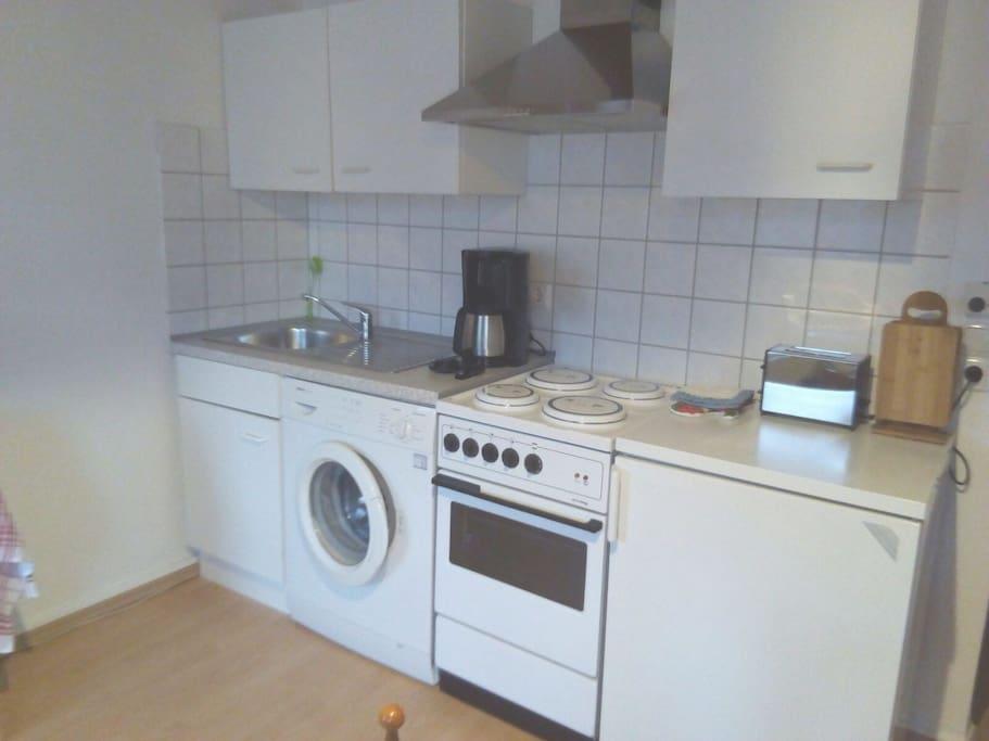 Küche mit Herd, Waschmaschine etc.