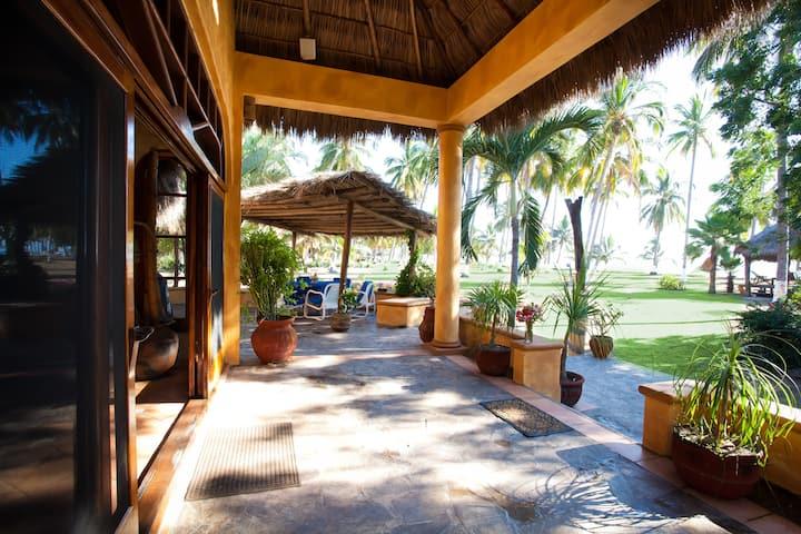 Del Mar: Expansive Beachfront Villa