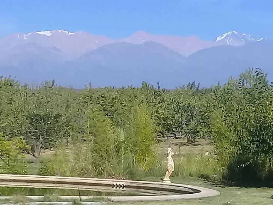 Bellísima paisaje  a las montañas.