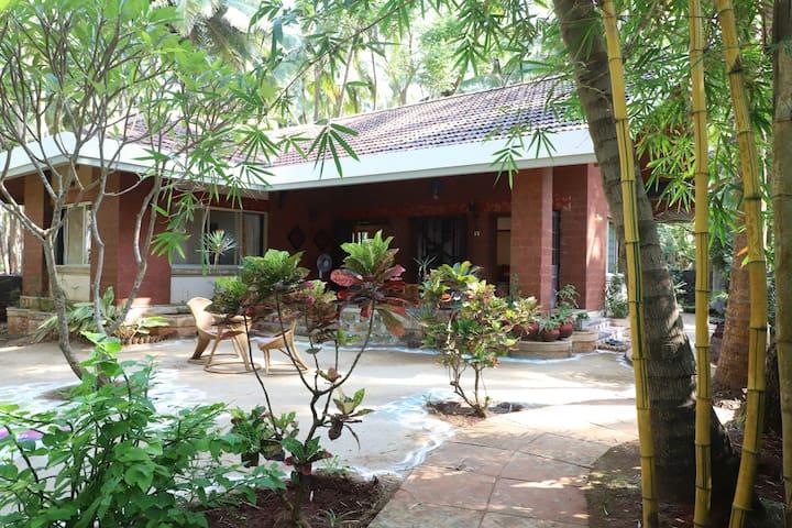 2 bedroom rustic villa with a backyard in Alibag