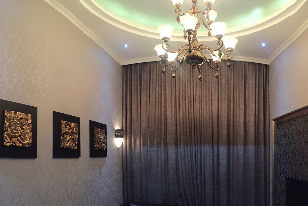 客厅吊灯、落地窗帘与壁画!