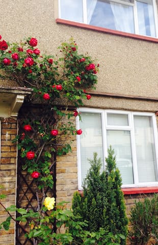Ideal location between Heathrow and Central London - London - House