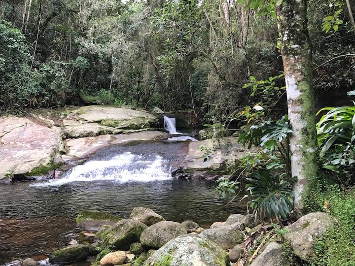 Casa aconchegante na Mata Atlantica com cachoeira.