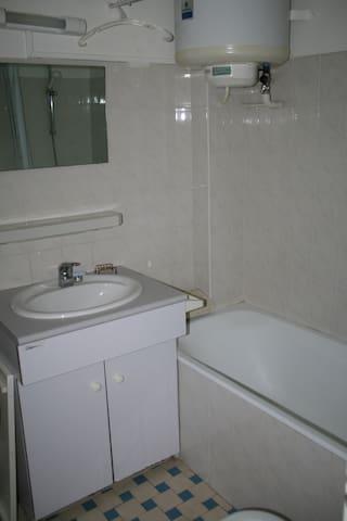 salle de bain (baignoire, lavabo, bidet, wc)