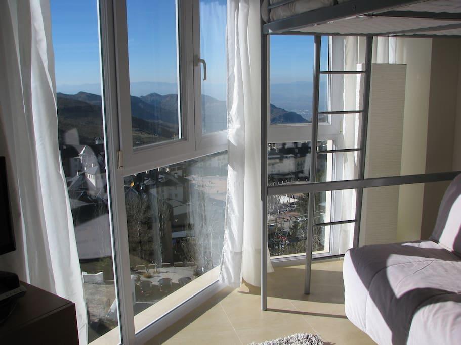 El apartamento tiene forma triangular, la mitad de las paredes son ventanales panorámicos