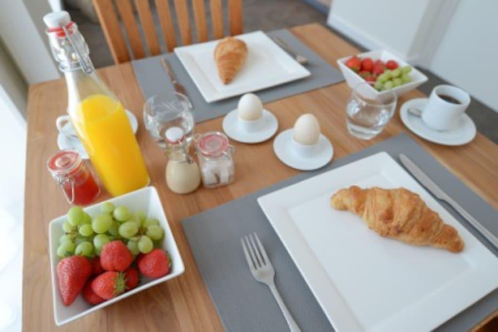 Ontbijt op de kamer of in de tuin onder de 100 jaar oude moerbei