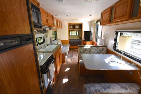 Wheeling Road Camper- Paradise Lake Access