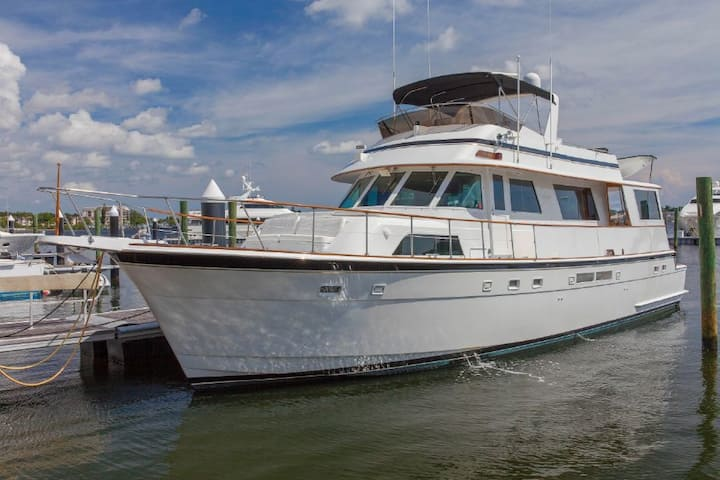 1989 63 foot Hetteras yacht for daily rental