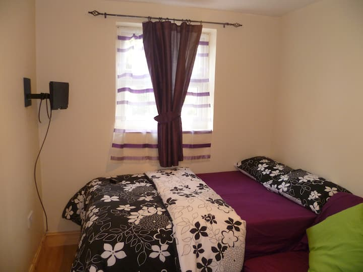 LONDON BUX'S 1 BED FLAT, SLEEP 2-4, CLOSE TO CITY.