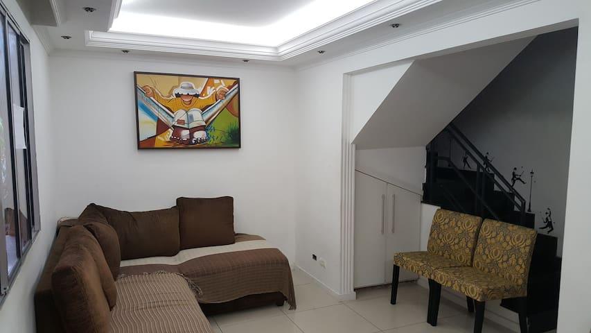 Sobrado em Cond. Fechado, conforto e segurança - Jardim das Quatro Marias - บ้าน