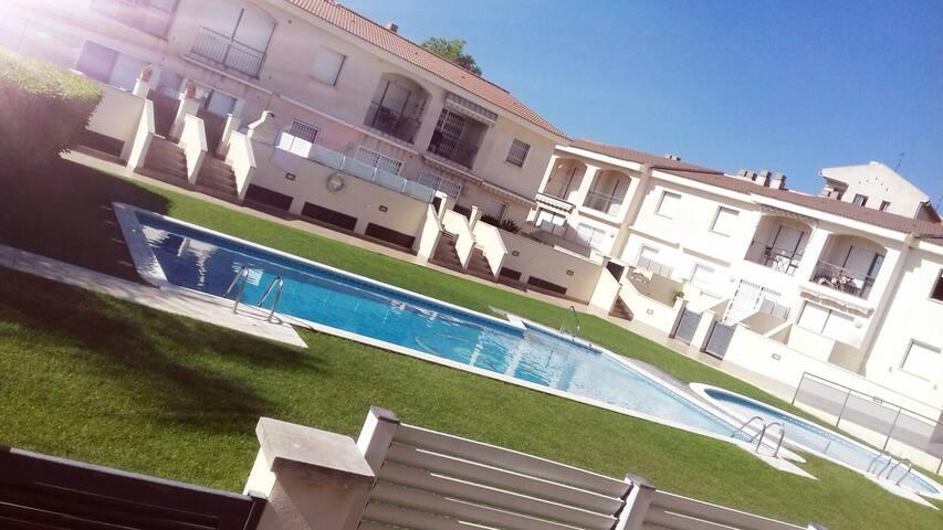Apartamento soleado, piscina, parquing y terraza.