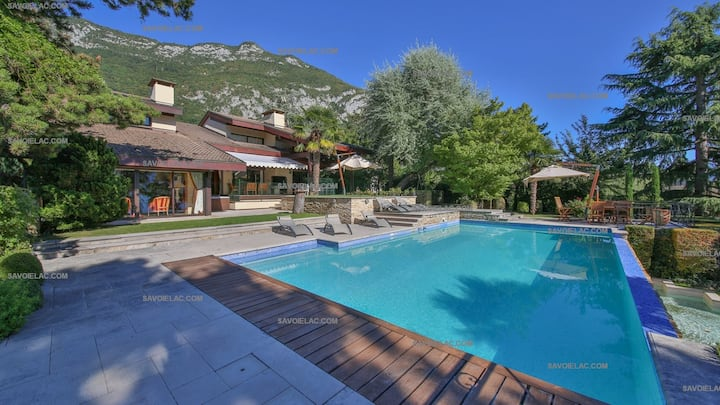 "Lake Annecy - Veyrier du lac: Exceptional villa with air conditioning, garden ""feet in the water"" and swimming pool"