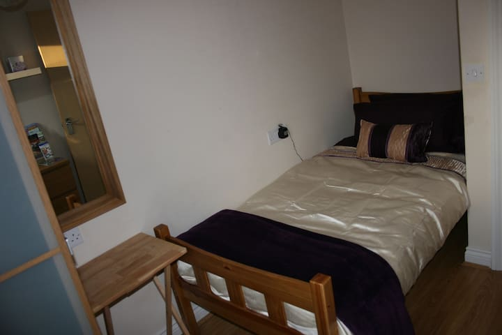 Bright, well-presented single room - Dartford - Hus